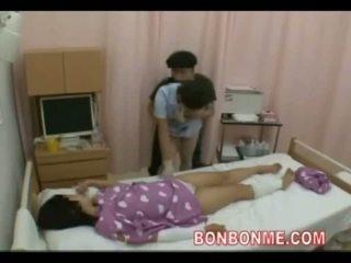 Krankenschwester handjob im vorderseite von ehefrau 01