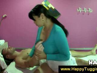 חזה גדול אסייתי masseuse offers a עבודה ביד