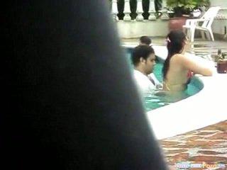 Cặp vợ chồng fucks trong một công khai hồ bơi
