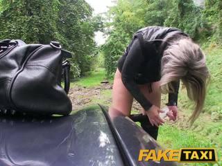 Faketaxi blond babe knullet i henne litt fitte med truser rundt føtter