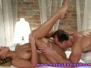 Modele erotik masazh nga masseuse për të saj i eksituar