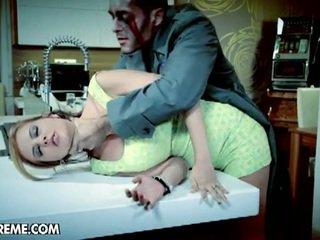 Candy alexa fucks avec une zombie en son nightmare