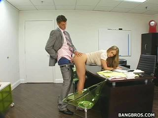 Pomo takes etu of hänen seksi porno & vetää puoleensa pyöreä assistant
