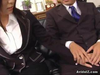 Sexy secrétaire satomi maeno touches an moche bite!