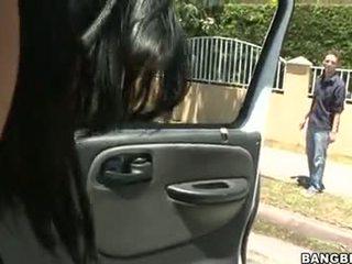 Abella anderson follando en un 汽車
