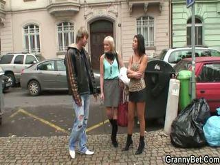 Več prostitutka pleases teenaged žrebec