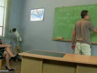 Vechi invatatoare gets inpulit de ei student