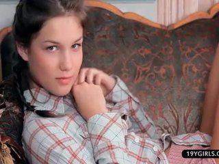 Ντροπαλός/ή έφηβος/η κορίτσι soft spread και παιχνίδι σπίτι alone
