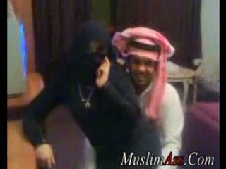 Niqab scandal ビデオ