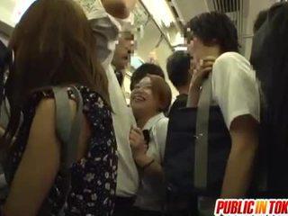 Pelajar putri gives sebuah memainkan kontol dengan tangan di itu bis