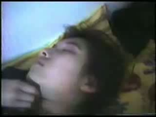 Nukkuva läkkäämpi nainen fingered video-