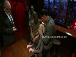 Blondie piespiedu līdz jāšanās bārs mates uz dziļi rupjības mute jāšanās un grupa anāls sekss