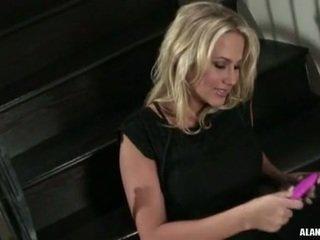 Barmfager hot kvinne alanah rae gets også sexy til håndtere på den stairs til an handling