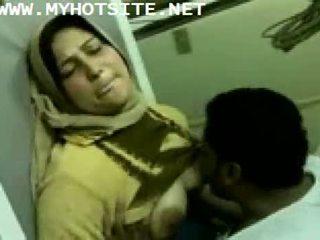 Arab ménagère baisée par jeune étalon