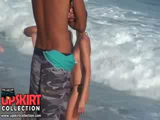 ال warm بحر waves are gently petting ال bodies من جذاب فاتنة في حار جنسي swimsuits