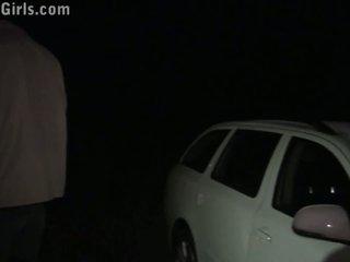 Gražus blondinė mergaitė viešumas seksas grupinis išdulkinimas orgija į a mašina