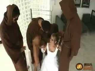 Dora shows fel nál nél egy monastery decked ki mint egy virgin menyasszony