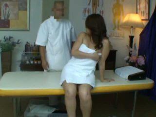 شاب زوجة reluctant النشوة خلال الصحة تدليك