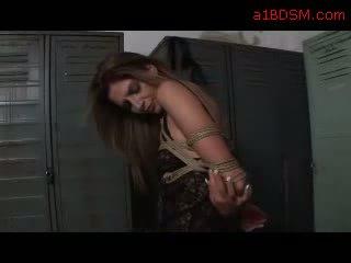 Bondaged נערה ב שחור שמלה getting שלה גוף rubbed על ידי פילגיש ב the locker חדר