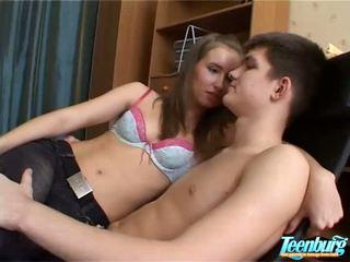 Lustful 男人 kisses 女孩