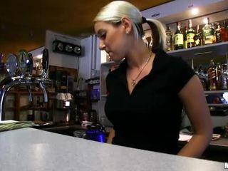 Barmaid lenka nailed vid den bar för kontanter