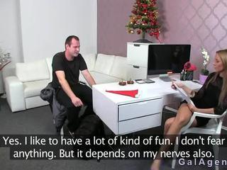 Female agent gets σφηνάκι χύσι επί αυτήν πόδι από guy επί κάστινγκ