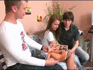 Jovem grávida gets dela conas checked