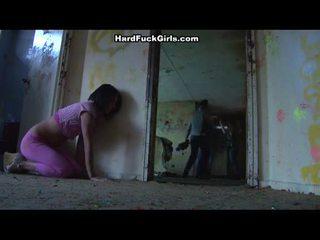 Mujer pillada y follada en an abandoned casa