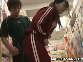 Sjenert skole tenåring famlet i bookstore