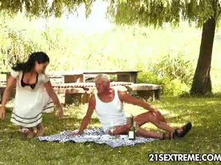 Giovanissima cutie s eccentrico picnic con un nonno
