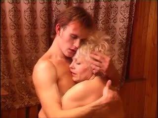 Moden kvinde & ung fyr (6 - ruský porno & dánština název)