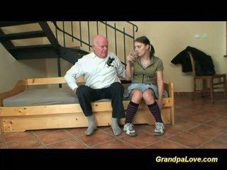 Vanaisa sisse armastus koos noor teismeline
