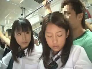 Two schoolgirls מגוששת ב a אוטובוס