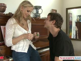 Милф в секси дънки julia ann gets nailed