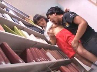Ogolone cipka azjatyckie uczennica teased w the biblioteka
