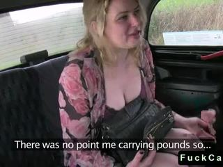 Mollig tattooed blondine geneukt in taxi video-
