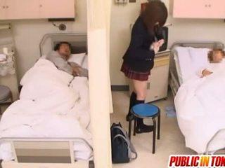 Üleannetu jaapani teismeline gets perses sisse a haigla voodi