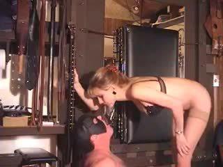 Extrem momen jag skulle vilja knulla dominatrixaktig fetish babes bisarrt tvingat piss dricka