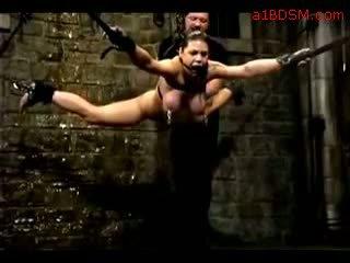 Gadis hanging dalam perhambaan nipple weights getting beliau faraj fingered tortured dengan air oleh master dalam yang penjara bawah tanah