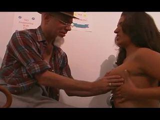 Giovane infermiera scopata da vecchio uomo