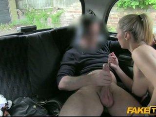 Sieviete banged pie the aizmugurējais sēdeklis no a cab