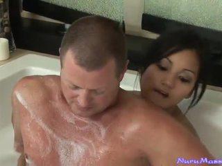 An unusual massage na taking een tub samen