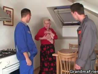 意地の悪い おばあちゃん spreads 彼女の 脚 のために two cocks