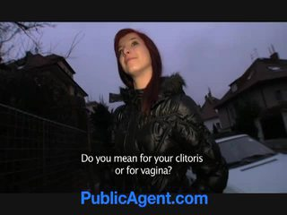 Čehinje rdečelaske goes domov s the javno agent