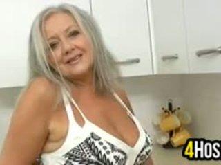 Nerātnas vecmāmiņa uz the virtuve