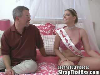 Robbie gets một gaping thằng khốn từ các strapon công chúa aka: candi apple