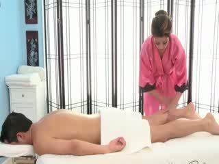 Seksowne brunetka masseuse rubs w dół
