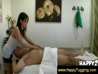 Vieux homme gets une heureux ending masaage