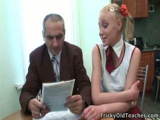 Dumb teismeline blond has alt tõmmatud poolt tema õpetaja