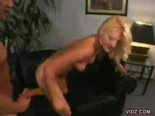 Stacy thorn bends encima para dong dentro su